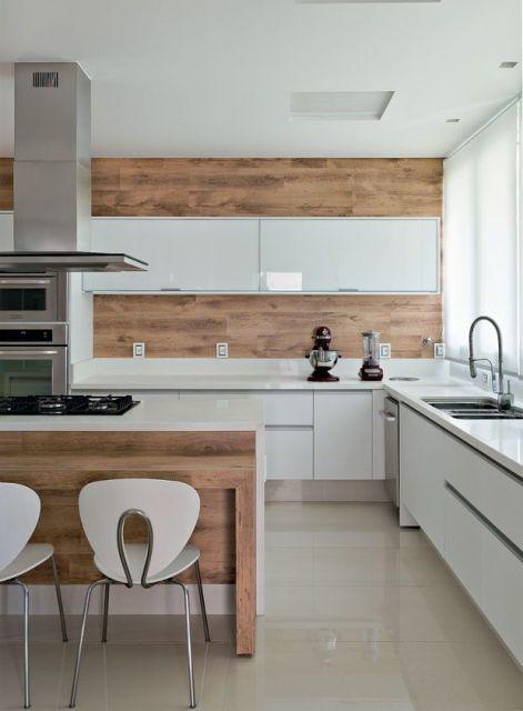 Porcelanato de madeira na parede da cozinha