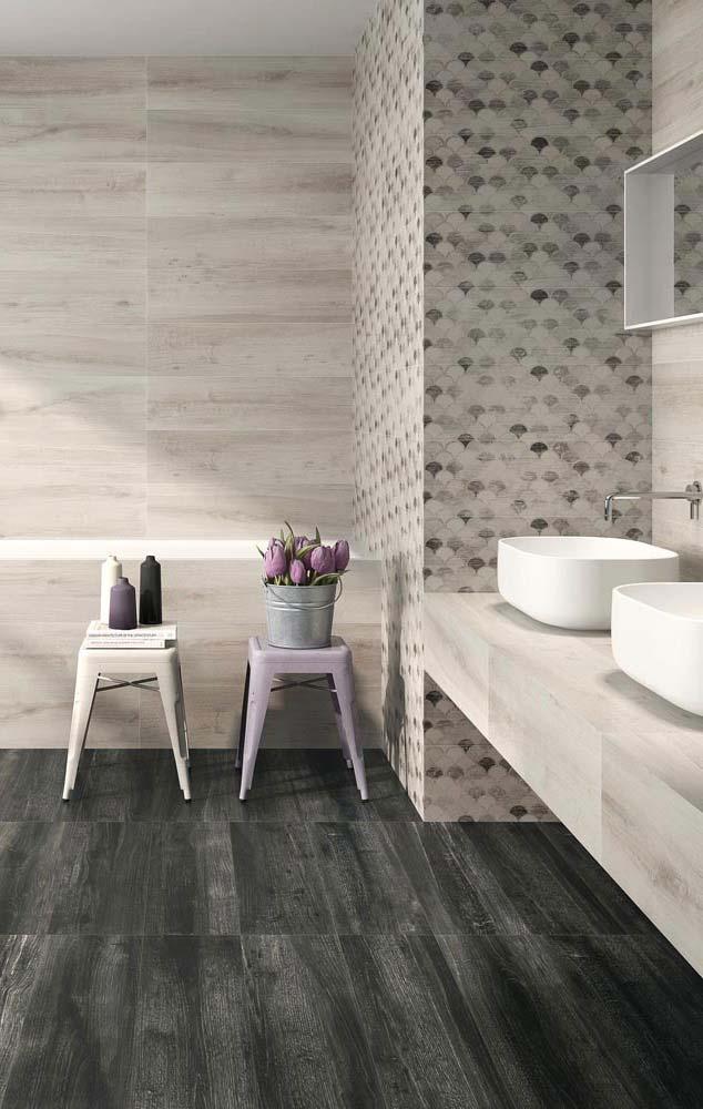 Porcelanato escuro imitando madeira com parede clara