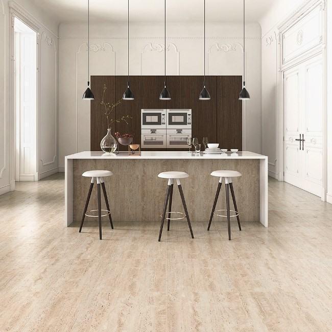 Sala bem iluminada com madeira
