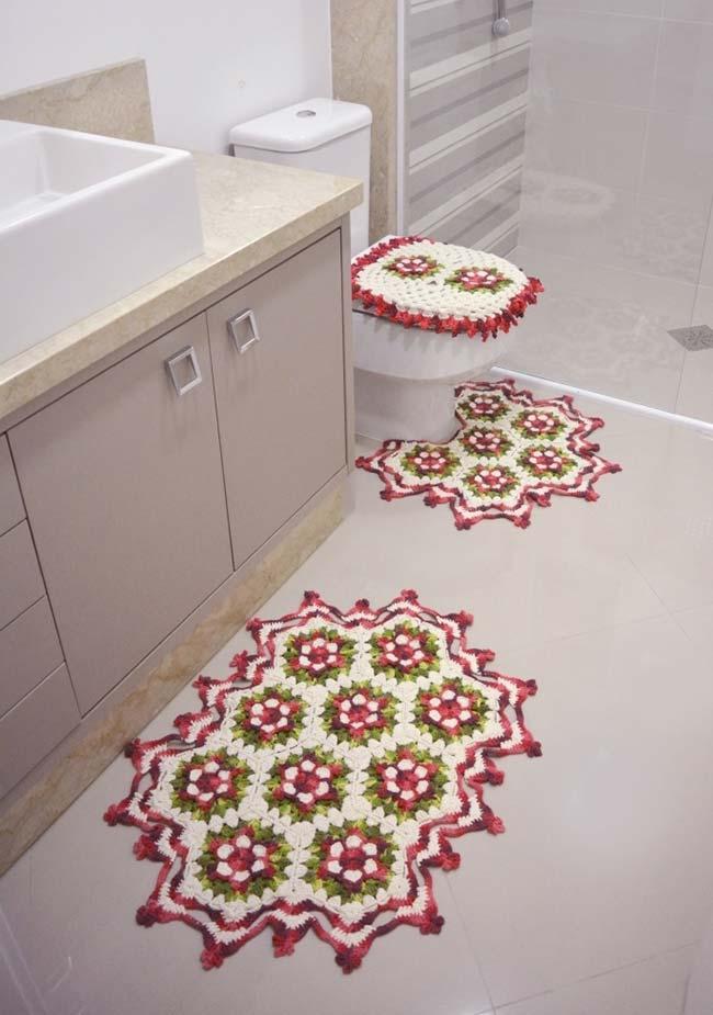 Tapete com bordas e pontas vermelhas no banheiro