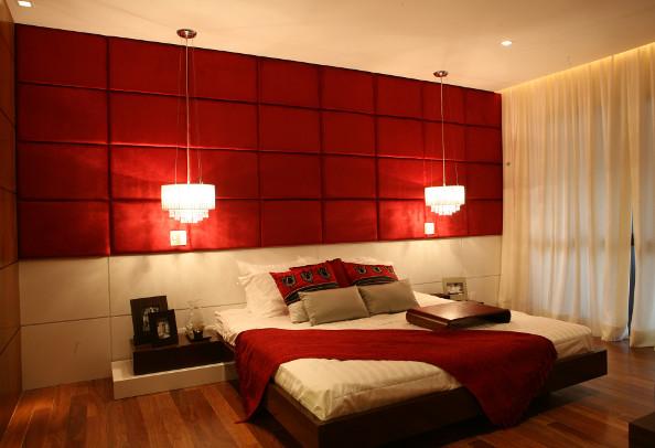 Tom avermelhado escuro na parede superior do quarto