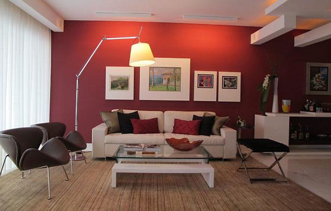 Vermelho na paede e sofá branco centralizado