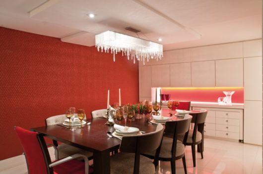 Vermelho na parede sendo iluminado por candelabro