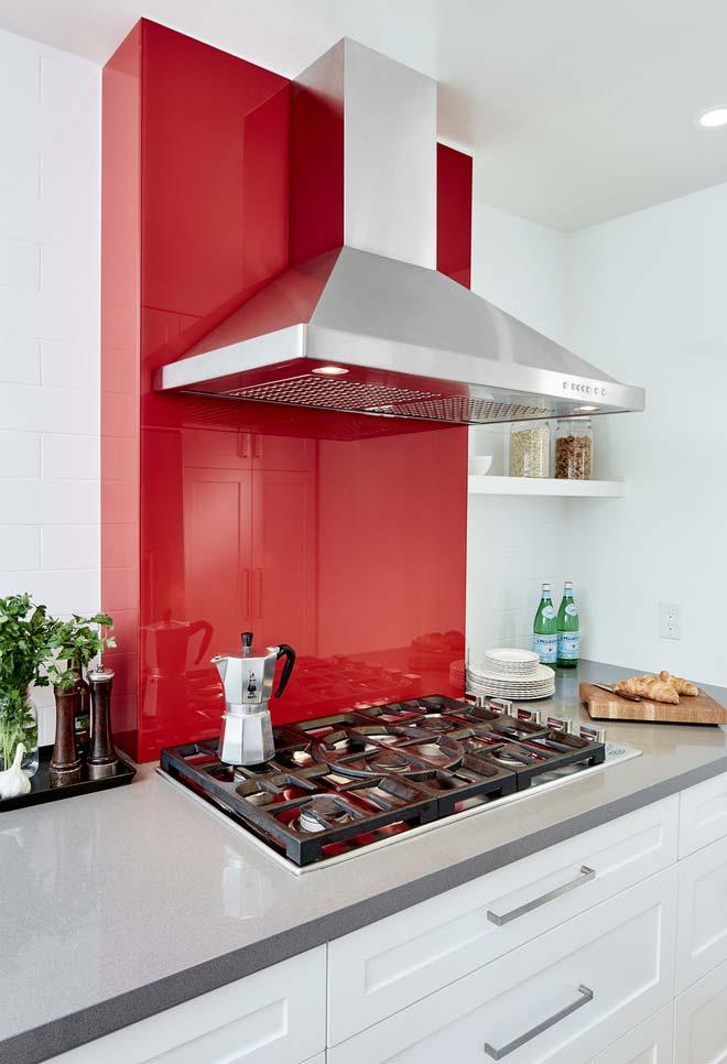 Vermelho na parte de trás da estufa da cozinha