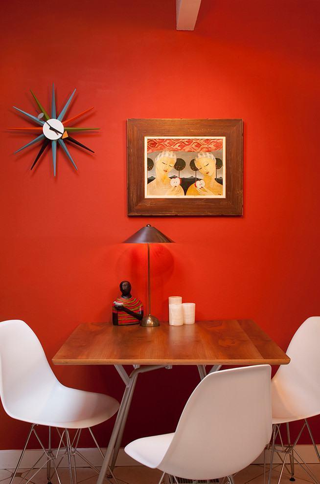 Vermelho na sua parede com messa pequena escorada
