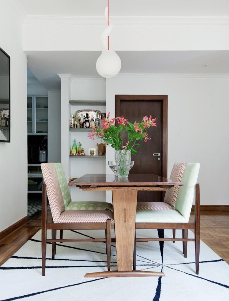 cadeira de madeira com estofado branco