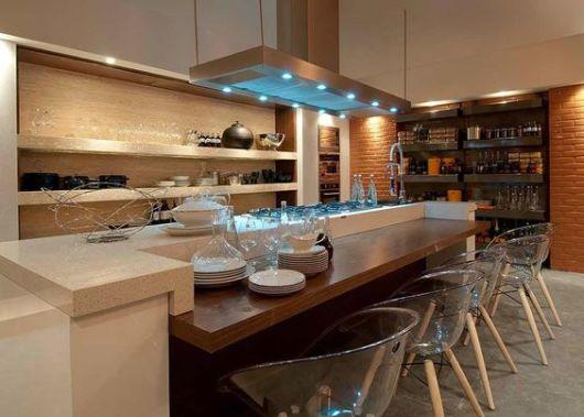 cadeira redonda transparente na cozinha