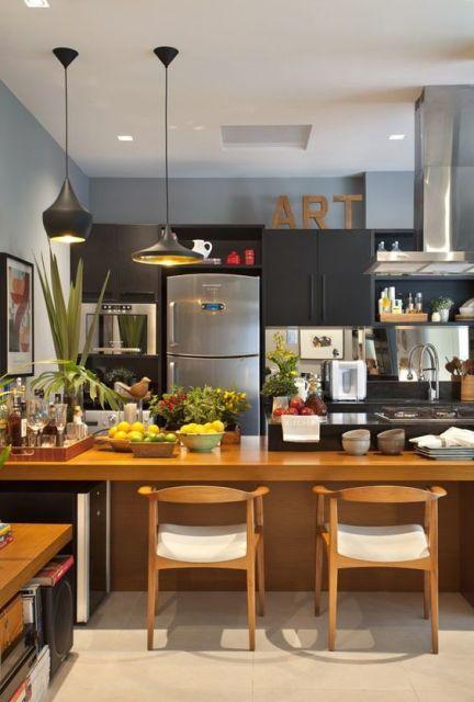 cadeiras de madeira na cozinha