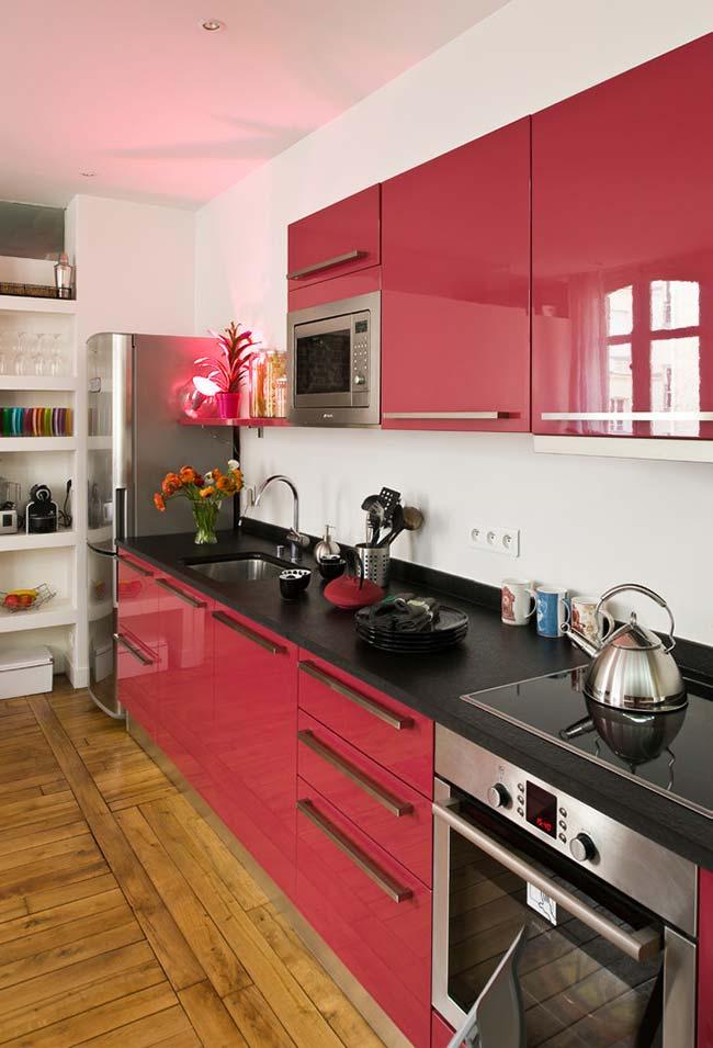mistura de preto com vermelho nos armários da cozinha