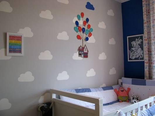 quarto com nuvesn e fundo cinza na parede