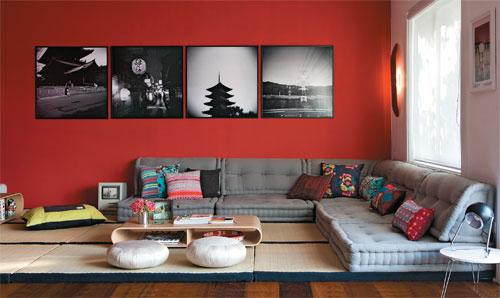 tom escuro de vermelho na parede com quadros