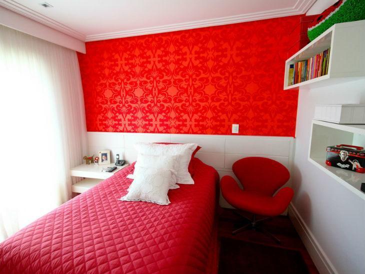 tom vermelho forte na parede do quarto