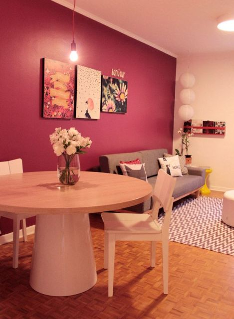 vermelho com tonalidade roxa na parede da sala