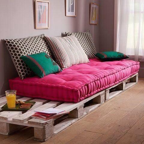 almofada rosa no banco feito em pallet