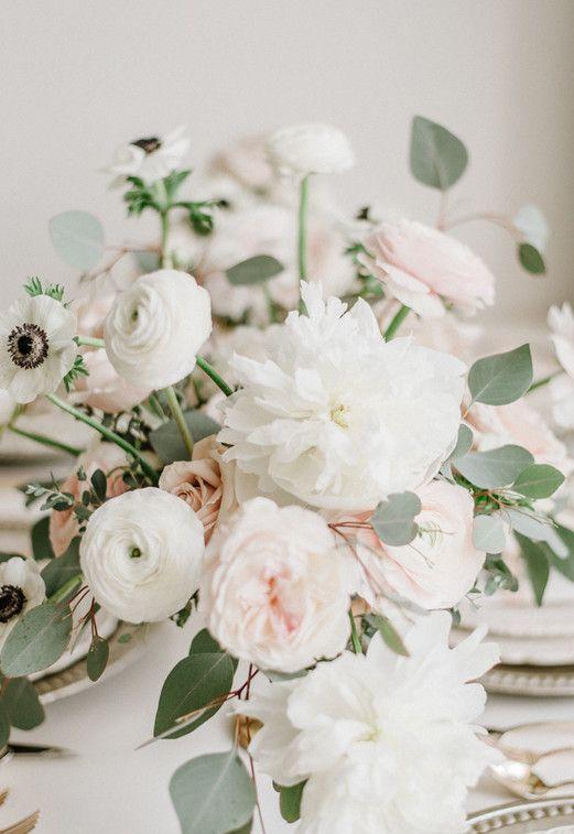 arranjo sortido de rosas brancas