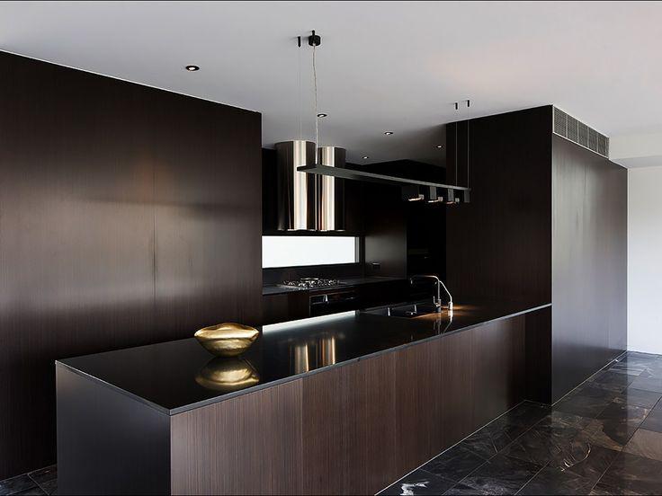 Cozinha com madeira escura