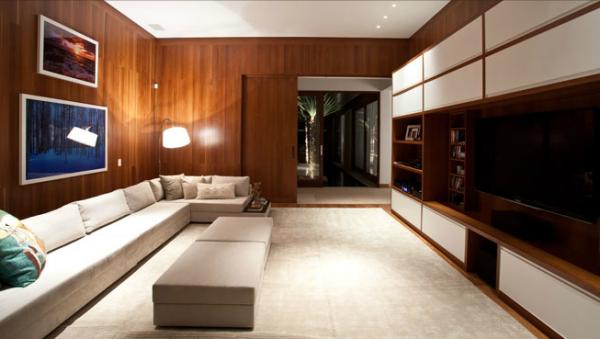 Madeira envernizada em marrom nas paredes com piso branco