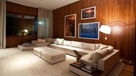 Madeira na vertical colocada na sala de estar