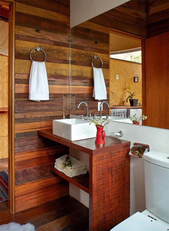 Mistura de madeira em tonalidades diferentes no banheiro