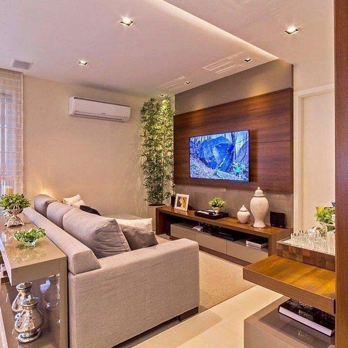 Mistura de tonalidades diferentes de madeira na sala de estar