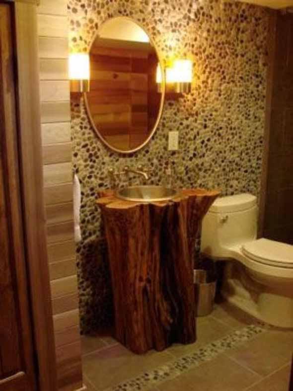 banheiro com pia em madeira escura rustica