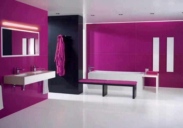 banheiro pintado em cor magenta