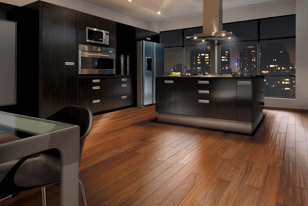 combinação de tons de madeira escura na sala