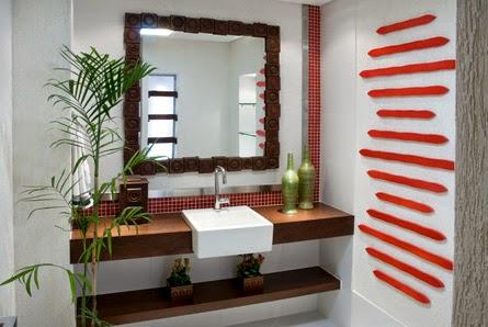 combinação decorativa de plantas e madeira escurecida na pia do banheiro