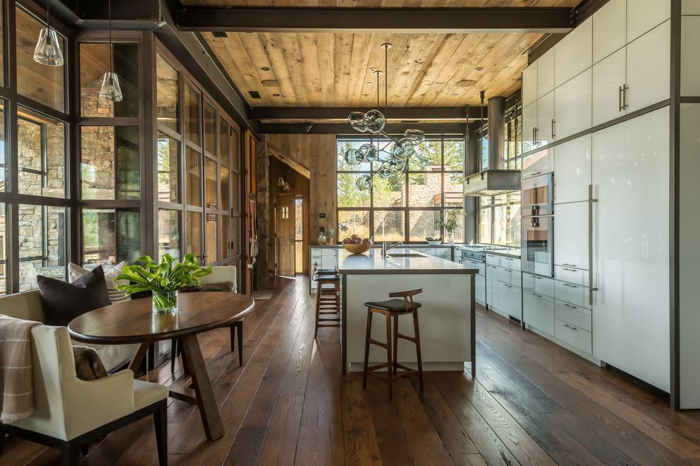 cozinha com assoealho em madeira marrom escuro