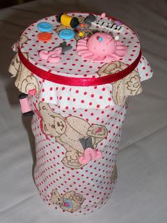 linda lata com tecido formando artesanato