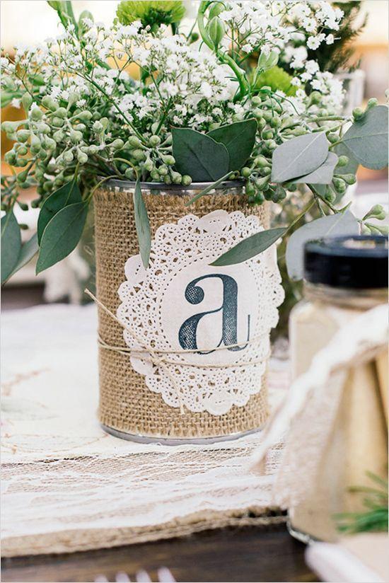 lindas flores em uma lata de leite com barbante em volta