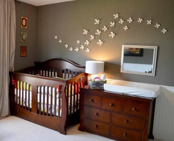 móveis no quarto de bebe em madeira rustica e escura