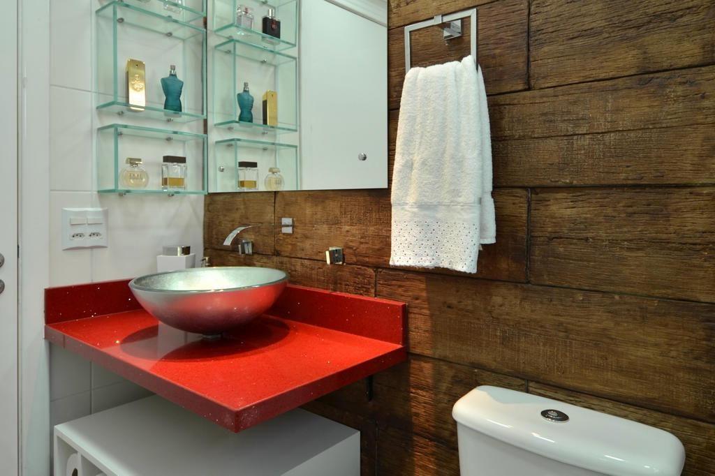madeira com tom mais forte no seu banheiro