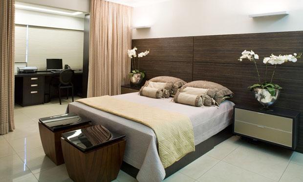 madeira com tonalidade forte na cabeceira da cama