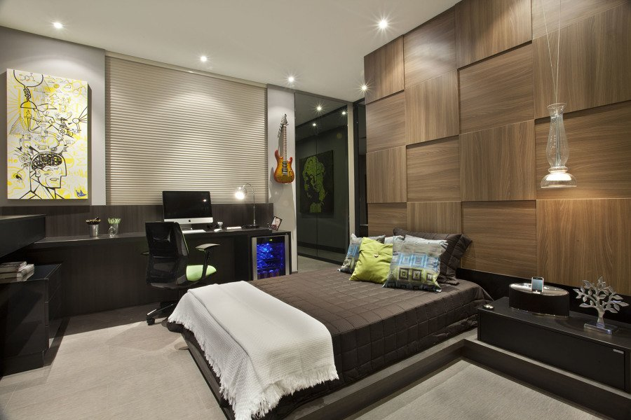 madeira envernizada na cabeceira da cama