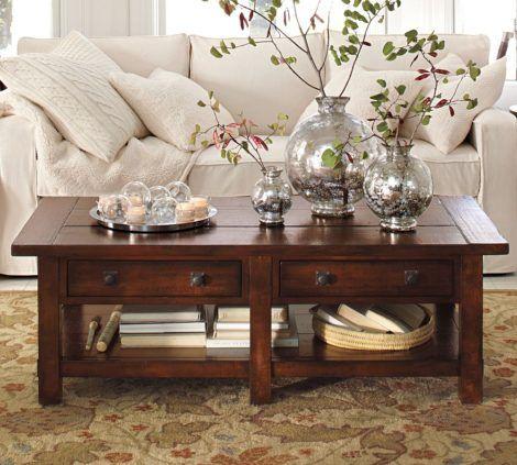 mesa de madeira pintada em verniz escuro na sala
