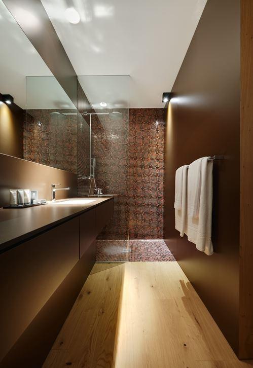 parede completa em madeira mais escurecida