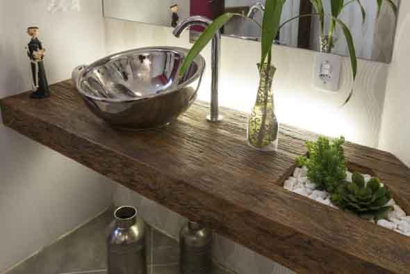 plataforma em madeira marrom comv verniz