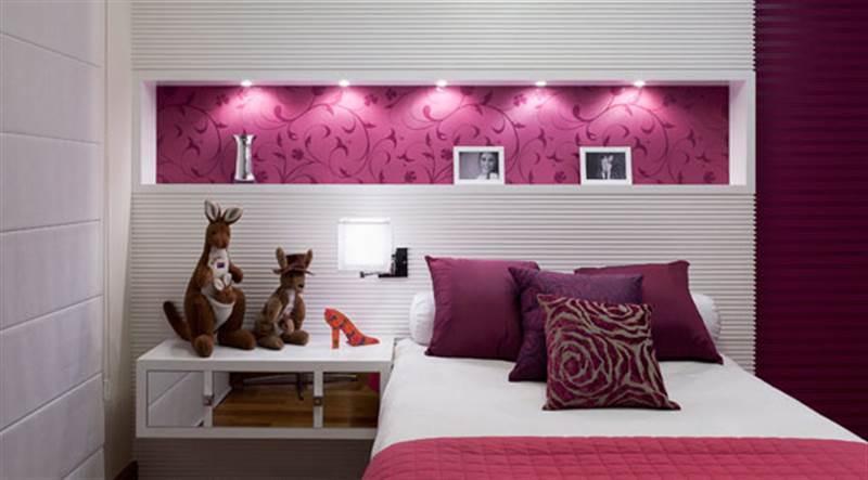 quarto com uma parede na cor magenta
