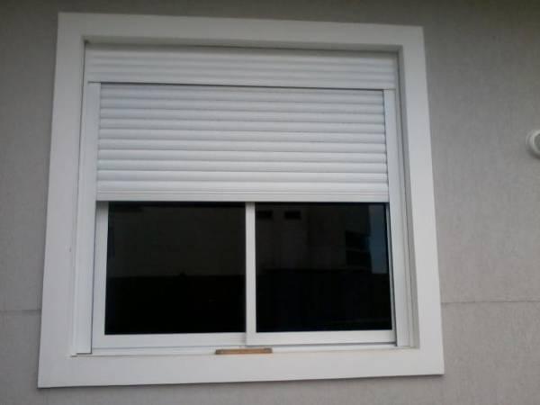 Aluminio branco na janela do quarto