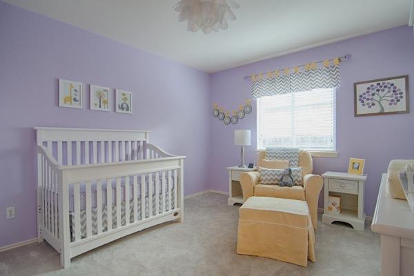 Berço branco em quarto lilás