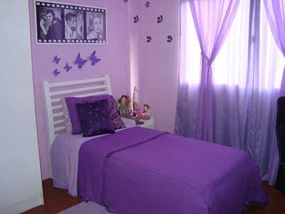 Cama em roxo e cortinas em lilás