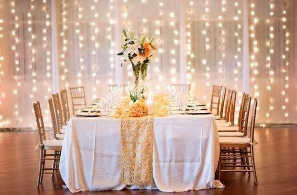 Cascata de luzes amarelas junto com cortinas