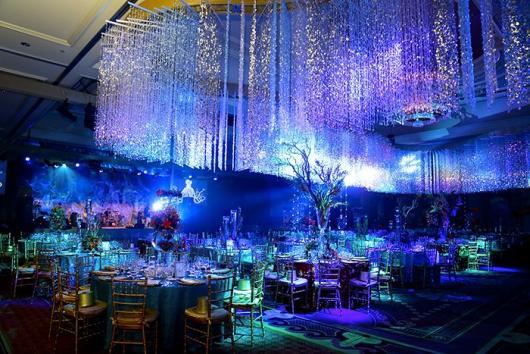 Cascata de luzes para uma decoração de aniversário