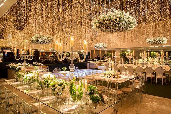 Cascatas de luzes iluminando casamento