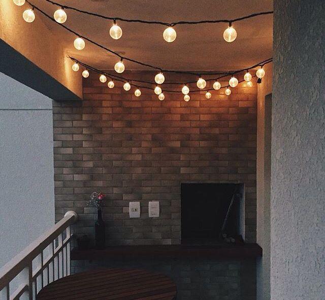 Coloque luzes no teto para decorar a varanda