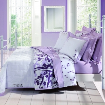 Combinação de lençois e pintura em lilás no quarto