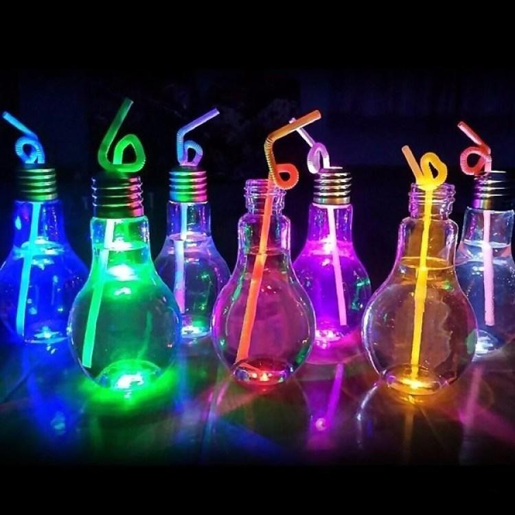 Copos em forma de lampadas iluminados com neon