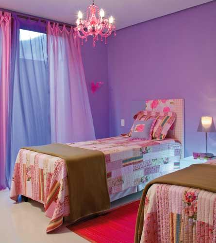 Cortina azul e pintura em lilás no quarto