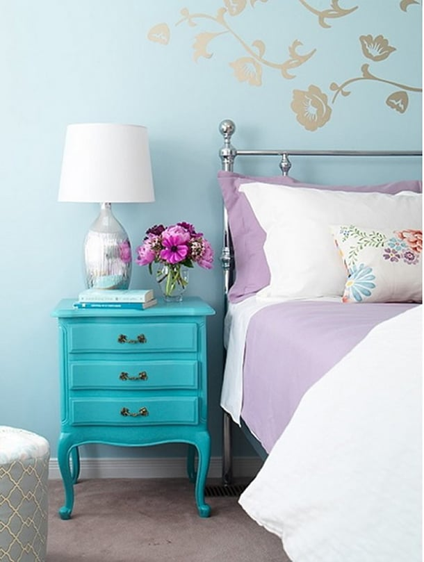 Criado mudo azul combinando com lilás